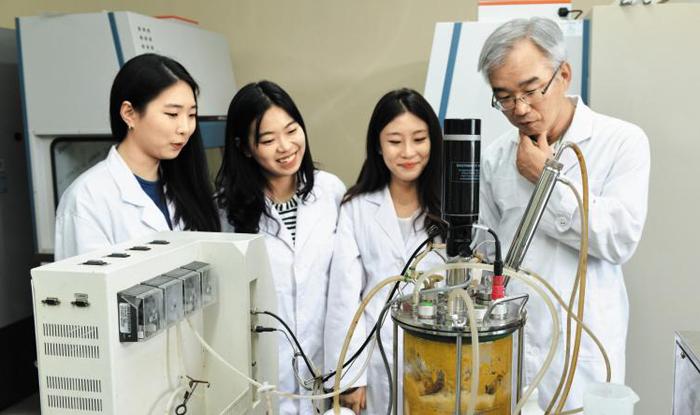 BT융합제약공학과 교수와 학생들이 교내 실험실에서 실습하고 있다.