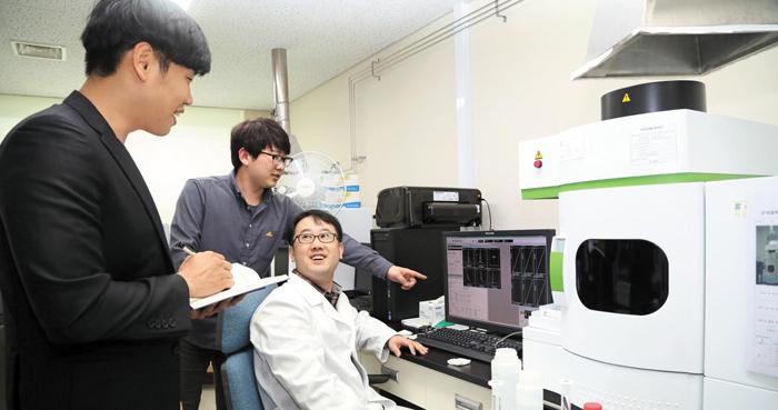 단국대 천안캠퍼스 공동기기센터에서 연구진들이 기업체가 의뢰한 성분분석 실험을 하고 있다