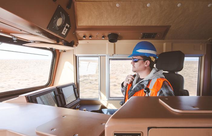 GE의 철도물류 시스템 중 '기관차 오토 파일럿 시스템(Trip Optimizer)'을 통해 열차의 운전패턴에 따라 자동적으로 운행되도록 엔진 출력과 차륜활주, 엔진상태, 열차저항 등을 모니터링하는 모습
