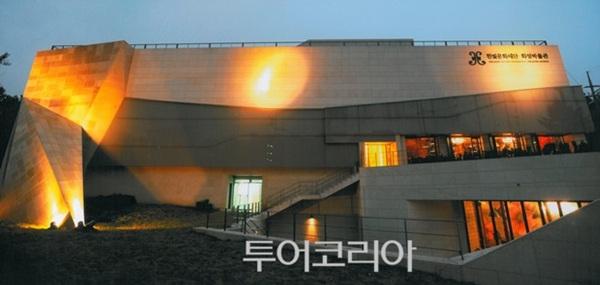 한국현대의상박물관 전시실 및 양단 아리랑 드레스