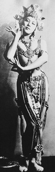 최승희가 세계적인 활동을 펼치던 1930년대 '보살춤' 공연 복장을 갖춰 입은 모습.