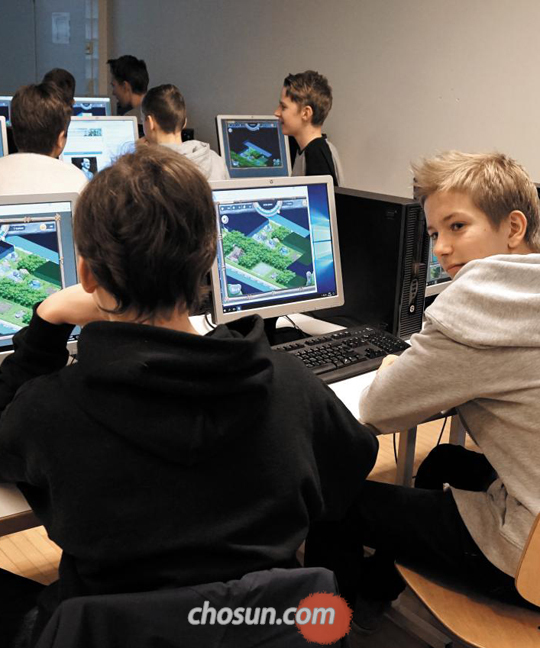지난 7일(현지 시각) 핀란드 수도 헬싱키에 있는 마우눌라 중학교에서 학생들이 컴퓨터로 교육용 게임을 하며 수업받고 있다.