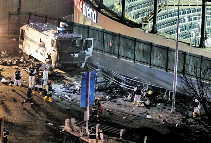 10일(현지 시각) 밤 터키 이스탄불 보다폰 아레나 경기장에서 일어난 폭탄 테러 현장을 현장 감식 요원들이 조사하고 있다. 왼쪽의 자동차는 폭탄 테러 때 망가진 경찰 물대포차이다. 이날 경기장에서 축구 경기가 끝난 후 폭탄을 실은 차량이 경기장 밖 경찰 버스를 향해 돌진해 폭발했고, 인근 공원에서도 자살 테러 용의자가 경찰관들 사이에서 폭탄을 터뜨렸다. 두 건의 폭탄 테러로 38명이 사망하고 155명이 다쳤다. 사망자 중 31명은 경찰이었다.