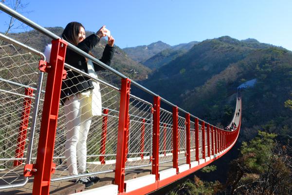 '감악산 출렁다리'는 국내 산악에 설치된 현수교 중 가장 긴 보도교량으로 유명하다.