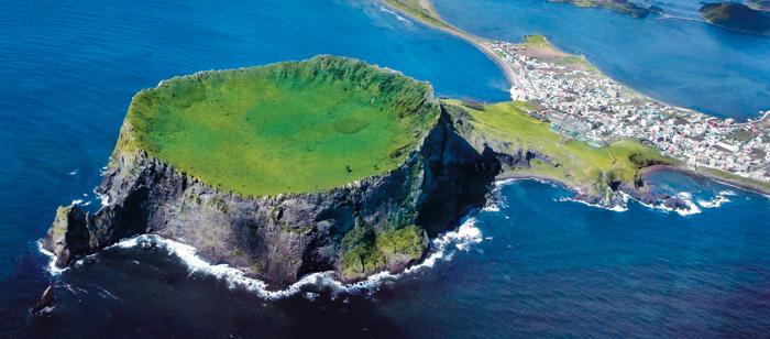 유네스코 세계자연유산인 제주 성산일출봉. 매년 340만명이 찾는 제주도 최대 관광 명소이다.