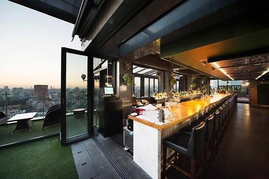 역삼역 근처 루프탑 바 '클라우드'는 앰배서더 쏘도베 호텔 꼭대기 층에 위치하고 있어, 아름다운 야경을 감상할 수 있다..
