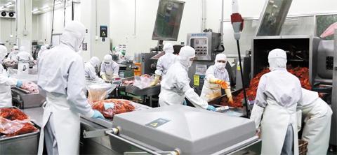 지난 15일 충북 음성의 신세계푸드 가정 간편식 공장에서 불고기용으로 양념을 한 돼지고기를 직원들이 나눠 담고 있다. 2009년 7100억원이었던 국내 가정 간편식 시장 규모는 올해 처음으로 2조원을 넘어설 전망이다.