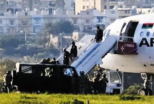 지난 23일(현지 시각) 공중 납치돼 지중해 섬나라인 몰타 국제공항에 강제 착륙한 리비아 아프리키야항공 여객기에서 승객들이 내리고 있다.