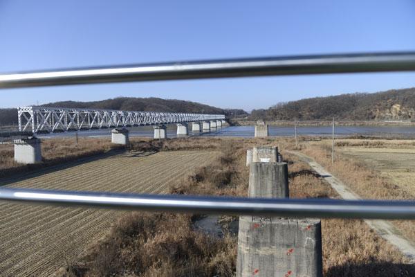 미래구간 2층 전망대에서 바라본 임진강 일대의 모습