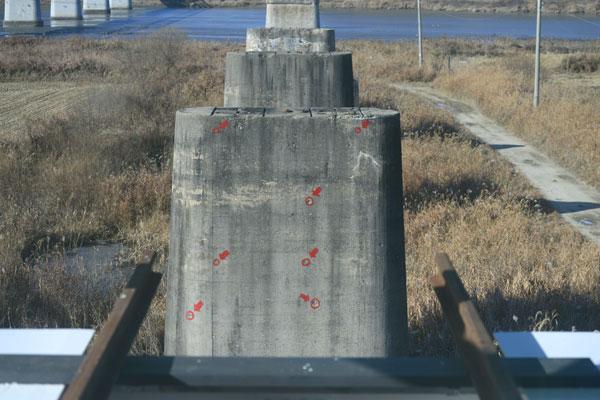 '내일의 기적소리' 에서는 끊어진 경의선 철길, 총탄 자국 등 전쟁의 흔적을 볼 수 있다.