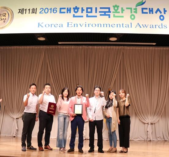 임영서(왼쪽에서 네번째) 죽이야기 대표가 2016 대한민국환경대상을 수상한 후 기념 촬영을 하고 있다./사진=한국창업전략연구소 제공