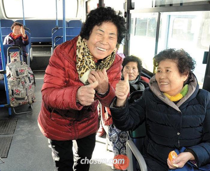 29일 오후 전남 곡성군 옥과 시외버스터미널에서'1000원 버스'에 탄 승객들이 웃고 있다.