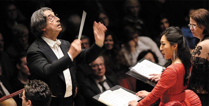 """지난해 5월 스웨덴 스톡홀름의 로열 오페라극장에서 여지원(오른쪽 빨간 드레스)은 리카르도 무티(왼쪽)가 지휘한 콘서트 오페라 '맥베스'에서 여주인공 맥베스 부인을 노래해 현지 언론의 찬사를 받았다. 여지원은 """"마에스트로 무티 앞에서 노래 한번 불러보는 것만으로도 설레었던 그때, 나는 세상을 다 가진 것 같았다. 지금도 달콤한 꿈을 꾸는 것 같다""""고 했다."""
