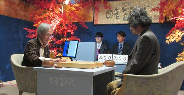 일본산 인공지능 딥젠고는 오는 3월 한·중·일 최정상권 기사들 틈에서 또 한 번 기량을 점검받는다. 사진은 작년 11월 딥젠고 대 조치훈(오른쪽) 9단 전에서 개발자 가토씨가 대리 착점하고 있는 모습.