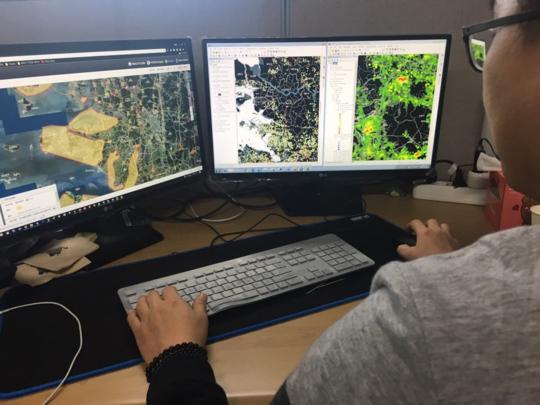 개발자가 디지털 지도 위에 AI 발생지역의 방역 관련 정보를 확인할 수 있도록 데이터베이스를 구축하고 있다. /김범수 기자