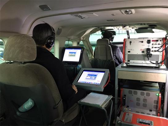 최근에는 인공위성과 함께  비행기를 타고 지도 측량을 정밀화하는 작업도 활성화되는 추세다. 사진은 측량 비행선 내부에서 작업을 하는 모습. /중앙항업 제공