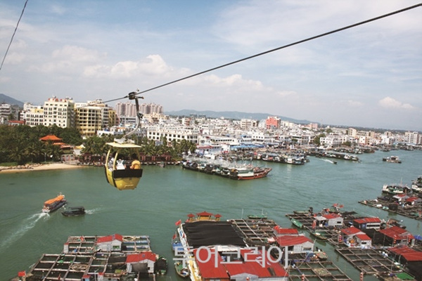 원숭이섬을 오가는 케이블카에서 수상가옥 등 멋진 풍경을 감상할 수 있다.