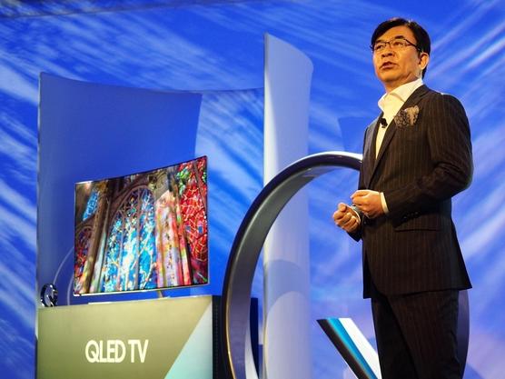 김현석 삼성전자 영상디스플레이사업부 사장이 미국 라스베이거스 킵 메모리 얼라이브(Keep Memory Alive) 센터에서 전 세계 200여 미디어가 모인 가운데 차세대 TV 'QLED'를 소개하고 있다. /박성우 기자