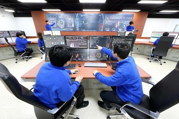 KT 에너지관제센터 근무자들이 고객사들의 실시간 에너지 사용량을 모니터링하고 있다. / KT 제공