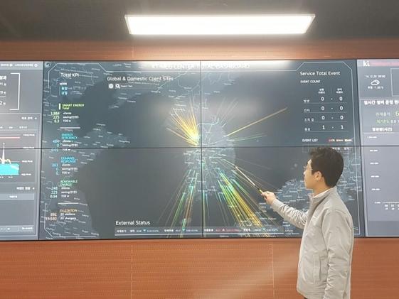 KT에너지관제센터 근무자가 실시간 에너지 관리현황을 설명하고 있다. / 심민관 기자