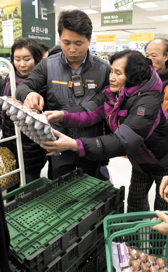 6일 오후 서울의 한 대형마트에서 고객이 마지막 남은 달걀 한 판을 집어 들고 있다.