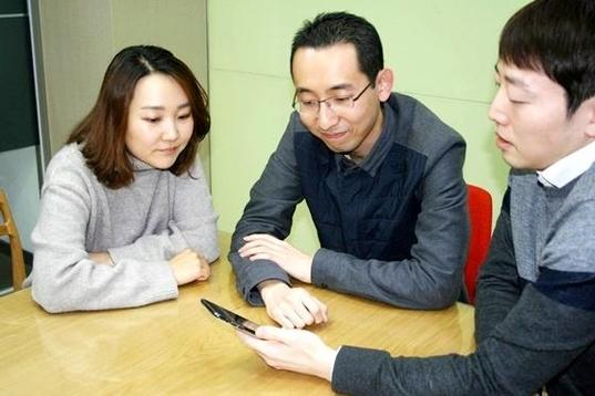 KB국민카드 본사 내 회의실에서 디지털사업부 직원들이 스마트폰으로 간편인증을 시연해 보이고 있다. / 이다비 기자
