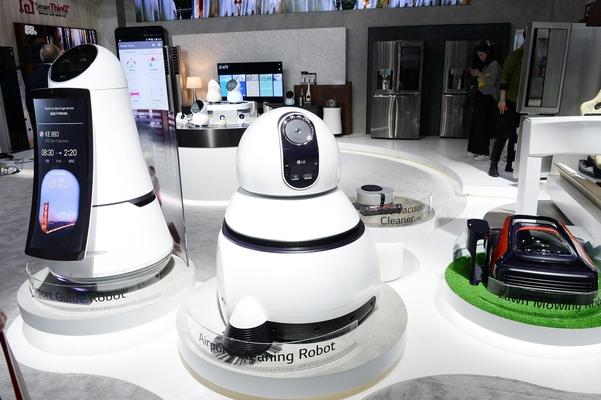공항안내용 로봇(왼쪽), 공항 청소용 로봇(가운데), 잔디깎이 로봇(오른쪽) /조선DB