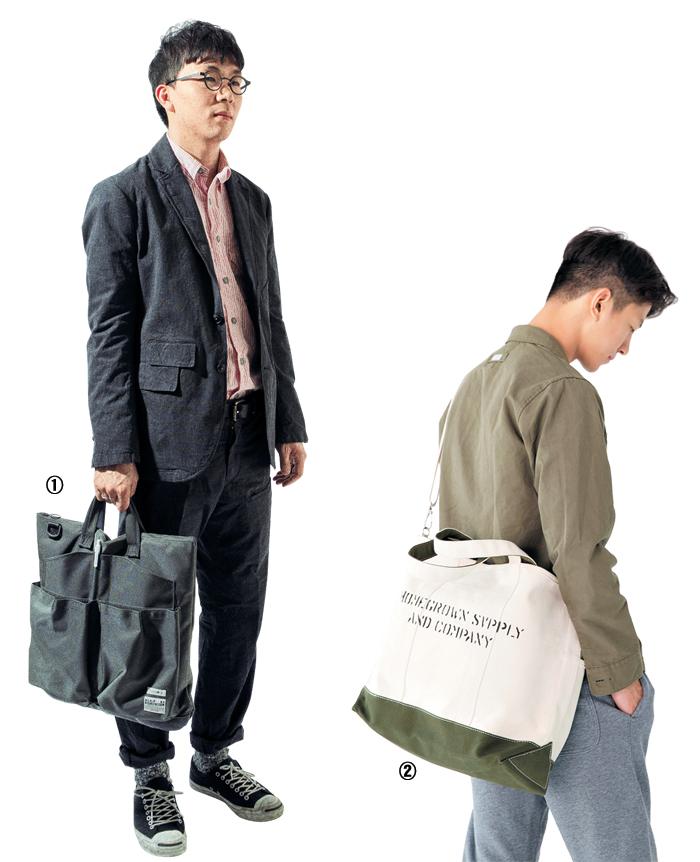 ①큼지막한 주머니가 달린 목수의 앞치마에서 영감을 받은 가방. 군용 방탄 재킷 소재로 개발된 나일론을 사용했다. ②캔버스 소재로 만든 넉넉한 공간의 토트백.