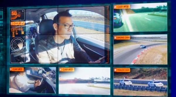 2016년 11월 BMW와 SK텔레콤은 공동 개발한 5G 커넥티드카 'T5'를 공개했다. 차량 안에 설치된 카메라, 전방 카메라, 트랙에 설치된 카메라, 드론 카메라 등이 중앙관제센터를 통해 실시간으로 정보와 영상을 주고받는다. 사진은 T5를 운전하고 있는 방송인 김진표씨 / 전준범 기자