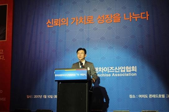 박기영 한국프랜차이즈산업협회 신임 회장이 10일 서울 여의도 콘래드호텔에서 열린 협회장 이취임식에서 취임사를 하고 있다./프랜차이즈협회 제공