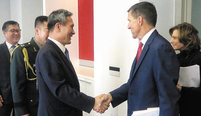 김관진(왼쪽 셋째) 청와대 국가안보실장과 트럼프 백악관의 마이클 플린(오른쪽 둘째) 국가안보보좌관 내정자가 9일(현지 시각) 워싱턴에서 만나 악수하고 있다.
