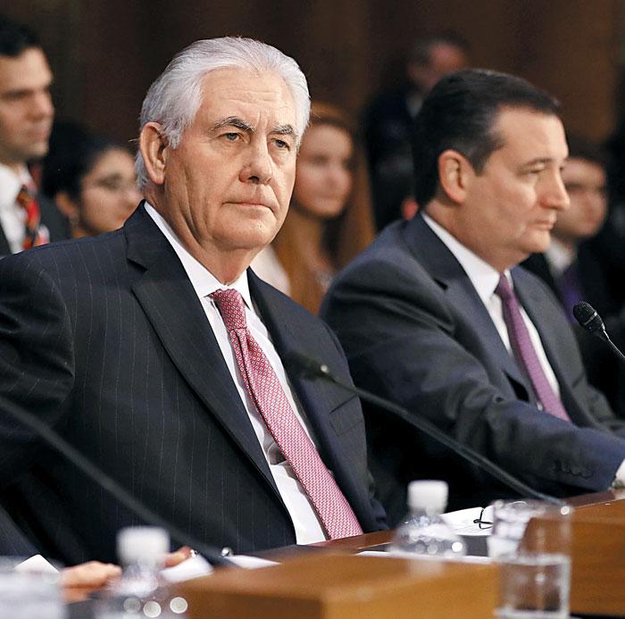 렉스 틸러슨(왼쪽) 미 국무장관 내정자가 11일(현지 시각) 상원 외교위원회의 인준 청문회에 참석하고 있다.