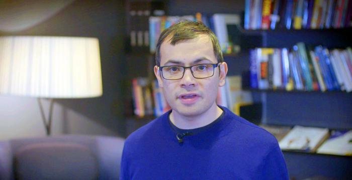 """인공지능 '알파고'를 만든 데미스 허사비스 구글 딥마인드 최고경영자. 11일 한국이미지상을 받은 알파고를 대신해 보내온 영상에서 """"세기의 대국을 마련해준 이세돌 9단과 한국에 감사한다""""고 했다."""