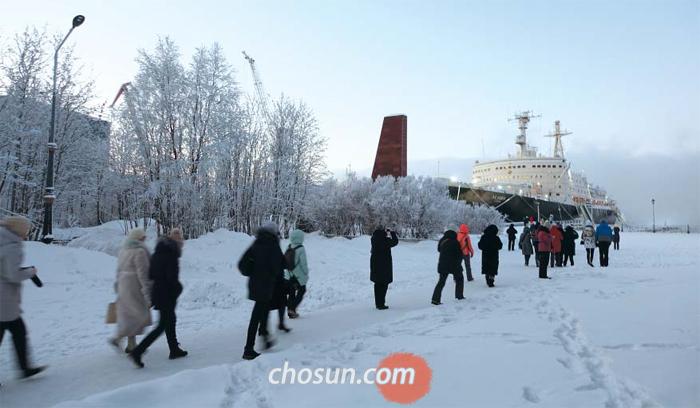 쇄빙선 구경가는 중국 관광객들 - 지난 5일 러시아 무르만스크 항구 인근에 정박한 쇄빙선 레닌호를 보기 위해 중국인 관광객이 이동하고 있다. 레닌호는 1957년 등장한 세계 첫 원자력 추진 쇄빙선으로, 무르만스크와 연결된 북극 항로의 얼음을 제거하는 역할을 했다. 1989년 박물관으로 변신해 관광 명소가 됐다.