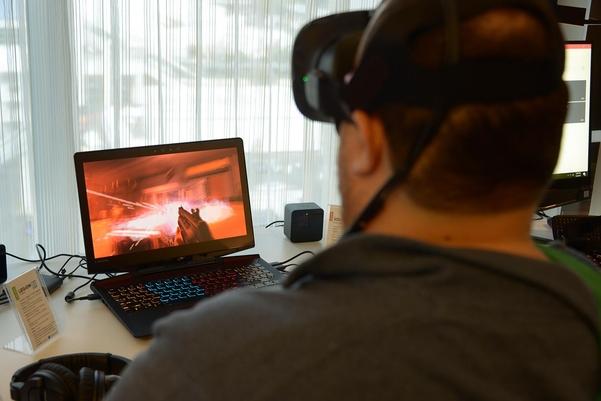 레노버 게이밍 노트북 리전 Y720을 사용해 VR 게임을 즐기는 모습 /테크홀릭닷컴 캡처