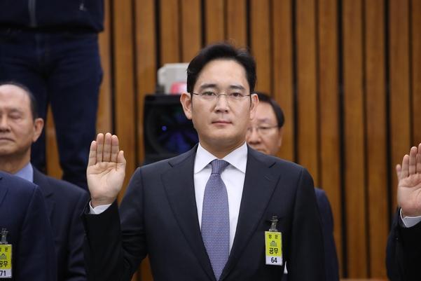 이재용 삼성전자 부회장이지난해 12월 6일 오전 국회에서 열린 '박근혜 정부의 최순실 등 민간인에 의한 국정농단 의혹 사건 진상 규명을 위한 국정조사 특별위원회'에서 증인 선서를 하고 있다./연합뉴스 제공