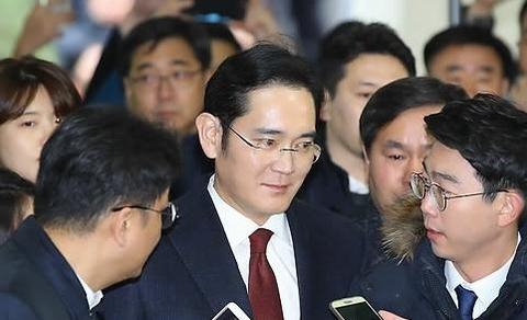 이재용 삼성전자 부회장이 12일 오전 서울 대치동 특검 사무실에 출석하고 있다./연합뉴스 제공