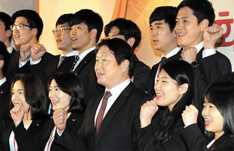 최태원 SK그룹 회장이 지난 13일 '2017년 신입 사원과의 대화'직후 기념 촬영을 하고 있다.