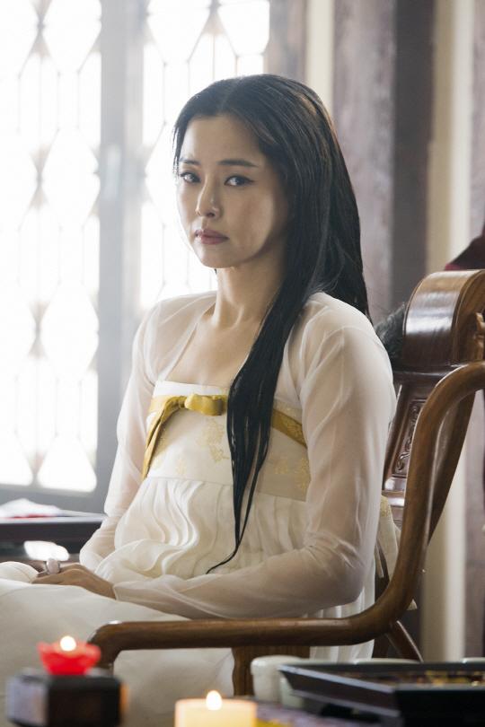 '역적' 이하늬, '흰 한복+긴 흑발' 장녹수 변신
