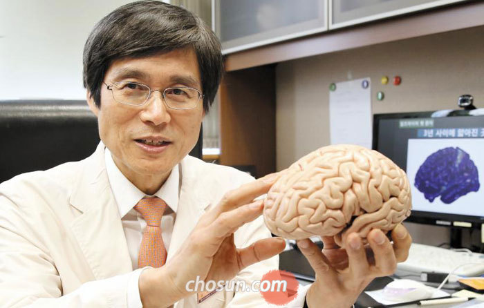 """삼성서울병원 뇌신경센터 나덕렬 소장이 뇌 모형을 보여주면서""""독창성을 키우려면 전두엽, 즉 앞쪽 뇌를 발달시켜야 한다""""고 설명하고 있다."""