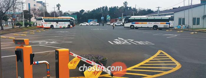 한산한 주차장 - 19일 용두암 공영 주차장의 모습. 이곳은 평소 중국인 관광객을 태운 전세버스가 몰려 주차 공간을 찾기 어려울 정도였지만, 최근엔 중국 관광객이 줄면서 한산해졌다. 한국의 사드 배치 결정에 반발한 중국 정부가 관광객 규모를 축소한 것이 원인으로 꼽힌다.