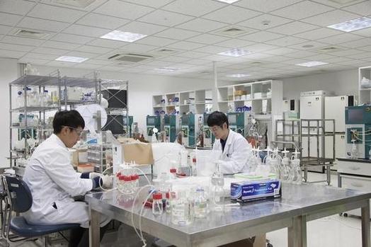 셀트리온 연구원들이 연구에 몰두하고 있는 모습 / 셀트리온 제공