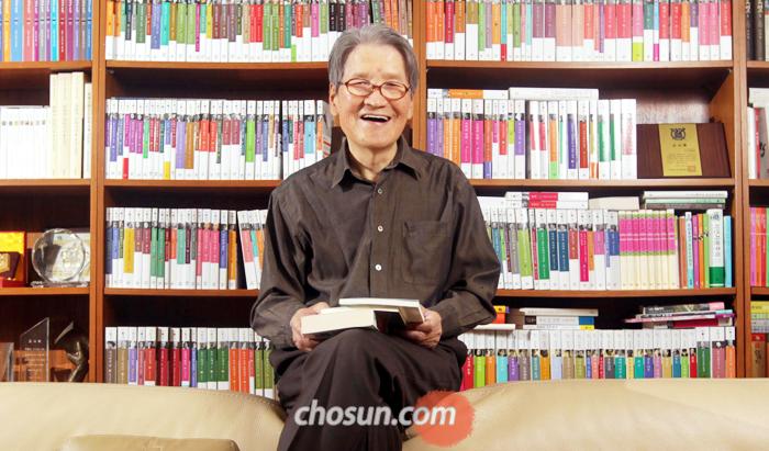박맹호 회장은 생전에 서울 강남구 신사동 사옥 사무실에서 문인·학자들과 토론하고 수많은 책을 기획했다. 사진은 2011년 5월 창립 45주년 기념 인터뷰를 하기 전 사무실 소파 위에 앉아 포즈를 취한 박맹호 회장.