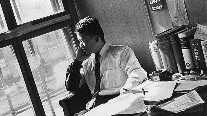 박맹호 회장이 1966년 청진동 옥탑방에 있는 민음사 첫 사무실에서 일하는 모습.