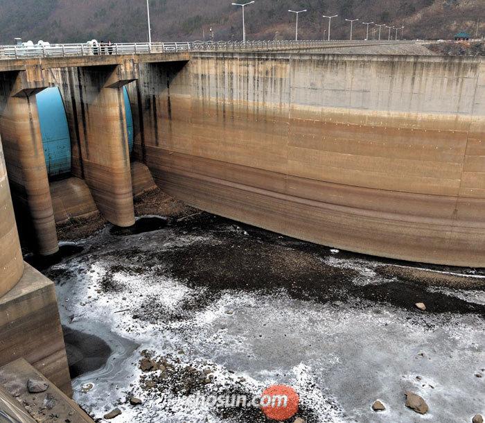 지난 18일 충남 서북부 지역의 식수원 역할을 하는 보령댐 안쪽이 계속된 겨울 가뭄으로 바닥을 드러낸 모습.