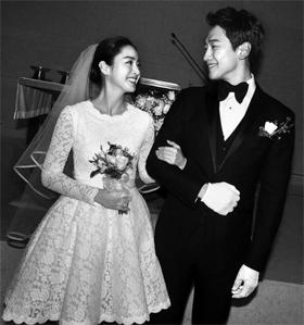 지난 19일 비와 김태희 결혼식에서 김태희는 무릎 위로 올라오는 미니 드레스를 입었다.