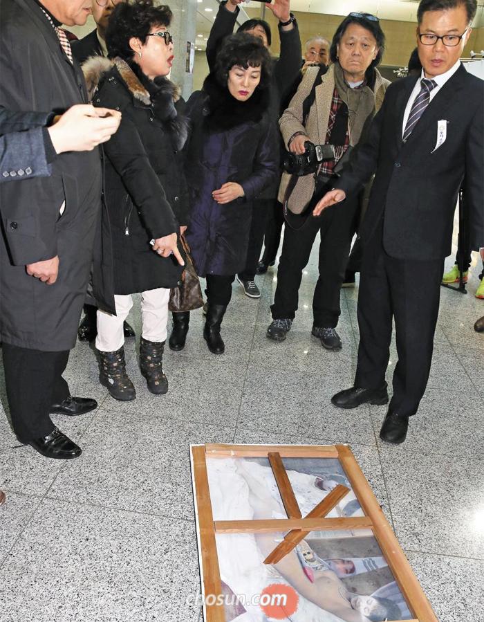 더불어민주당 표창원 의원이 주최한 전시회에 걸려 있던 박근혜 대통령 합성 누드화가 24일 국회 의원회관 바닥에 떨어져 있다. 국회 사무처는 이 그림을 강제 철거할 예정이었지만 한 60대 남성이 그 전에 그림을 뗀 것으로 알려졌다.