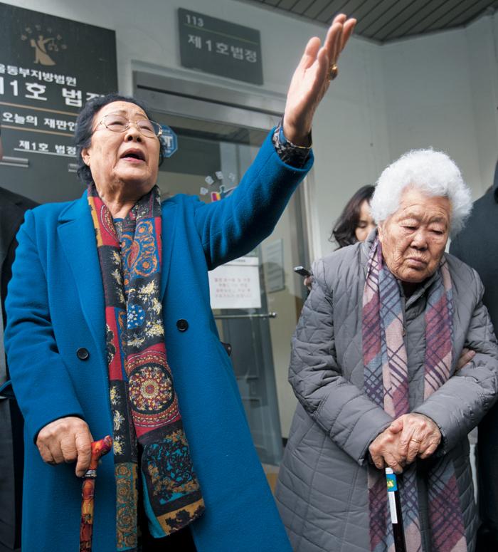"""위안부 피해자들의 명예를 훼손한 혐의로 기소된 박유하 세종대 교수가 25일 무죄 판결을 받자 이용수(왼쪽) 할머니가 """"이 나라엔 법도 없냐""""며 화내고 있다. 위안부 피해자인 이 할머니와 이옥선 할머니는 이날 선고공판이 열린 서울동부지법 1호법정에 나와 재판 과정을 모두 지켜봤다."""