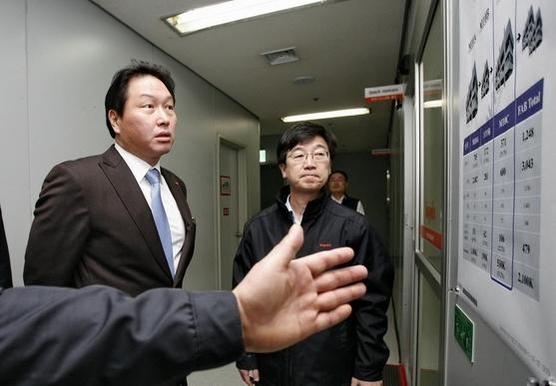 지난 2011년 12월 최태원 SK그룹 회장(왼쪽)이 하이닉스 인수 이후 처음으로 경기도 이천 공장을 방문해 당시 박성욱 하이닉스 부사장(가운데)의 공장 설명을 듣고 있는 모습 /SK하이닉스 제공