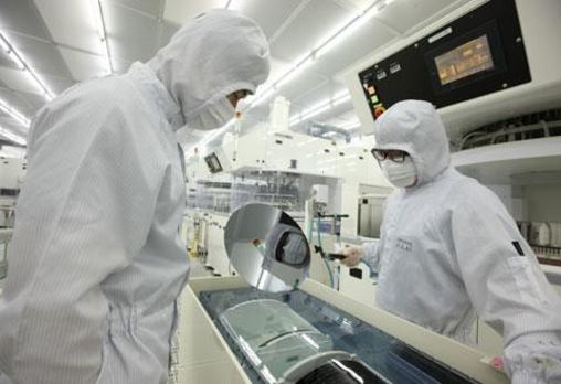 LG실트론 연구원들이 생산한 반도체용 웨이퍼의 품질을 점검하고 있는 모습 /조선DB